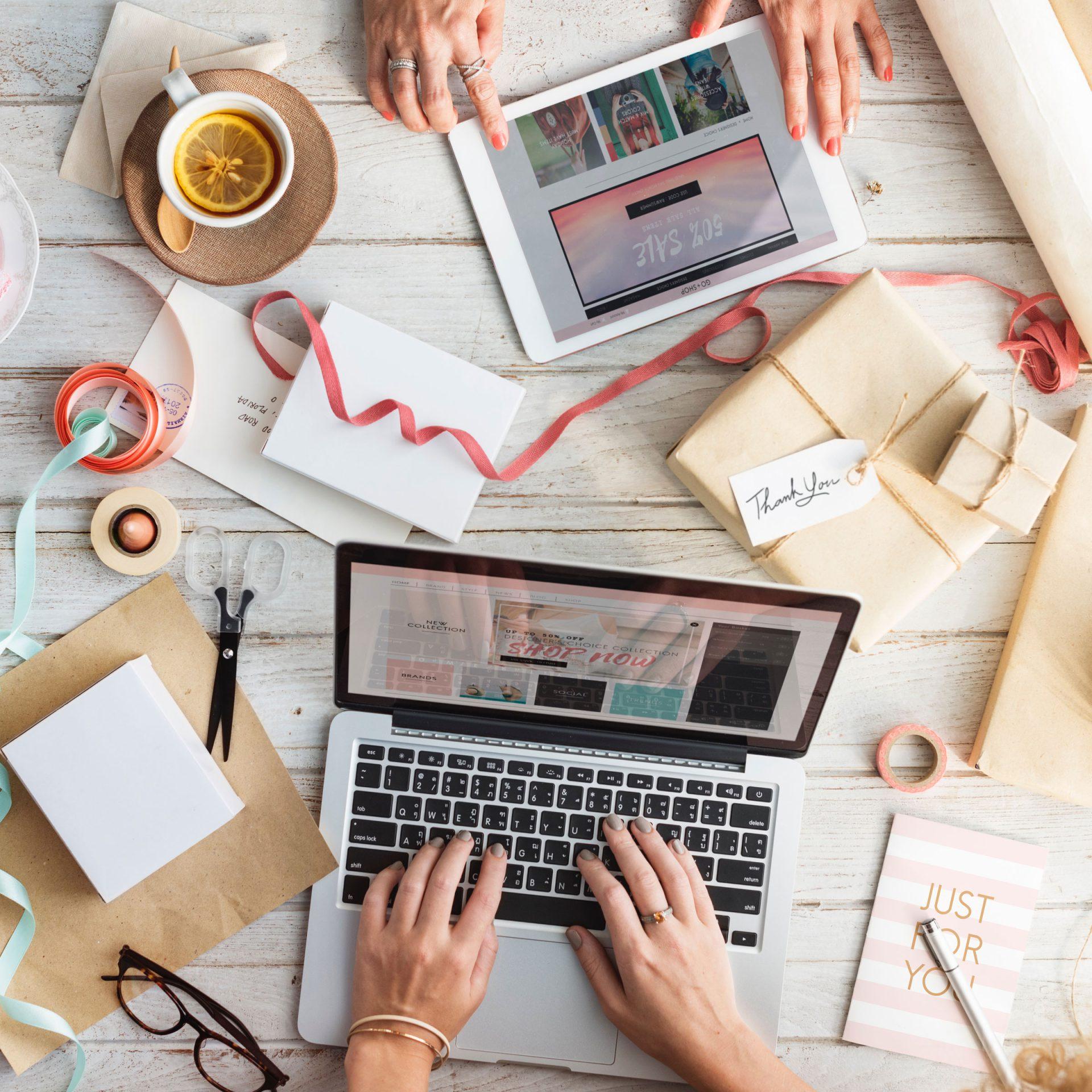 Cursussen WordPress of webshop: laptops met slingers en pakketjes
