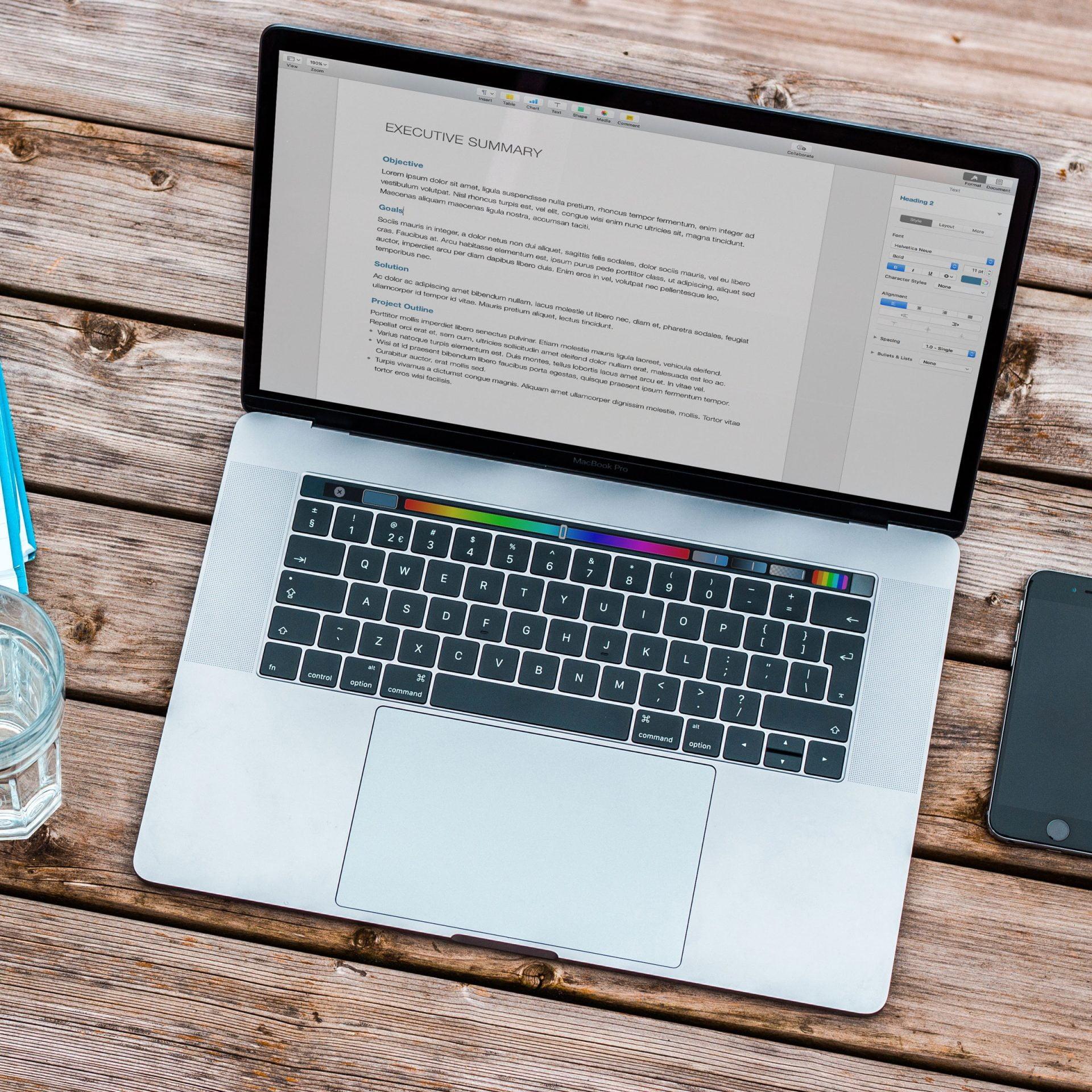 cursus Wordpress thema's bouwen: laptop, glas water en telefoon