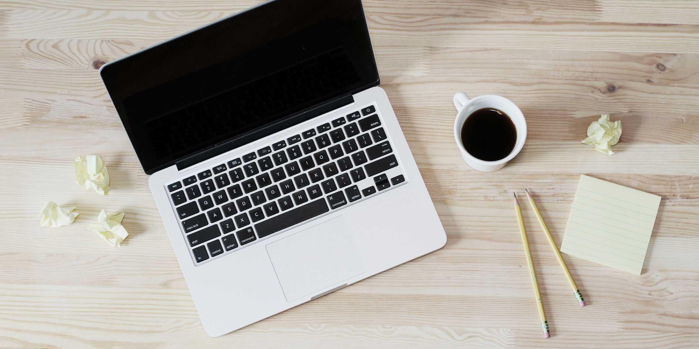 Cursussen webdesign: laptop met 2 potloden voor notities