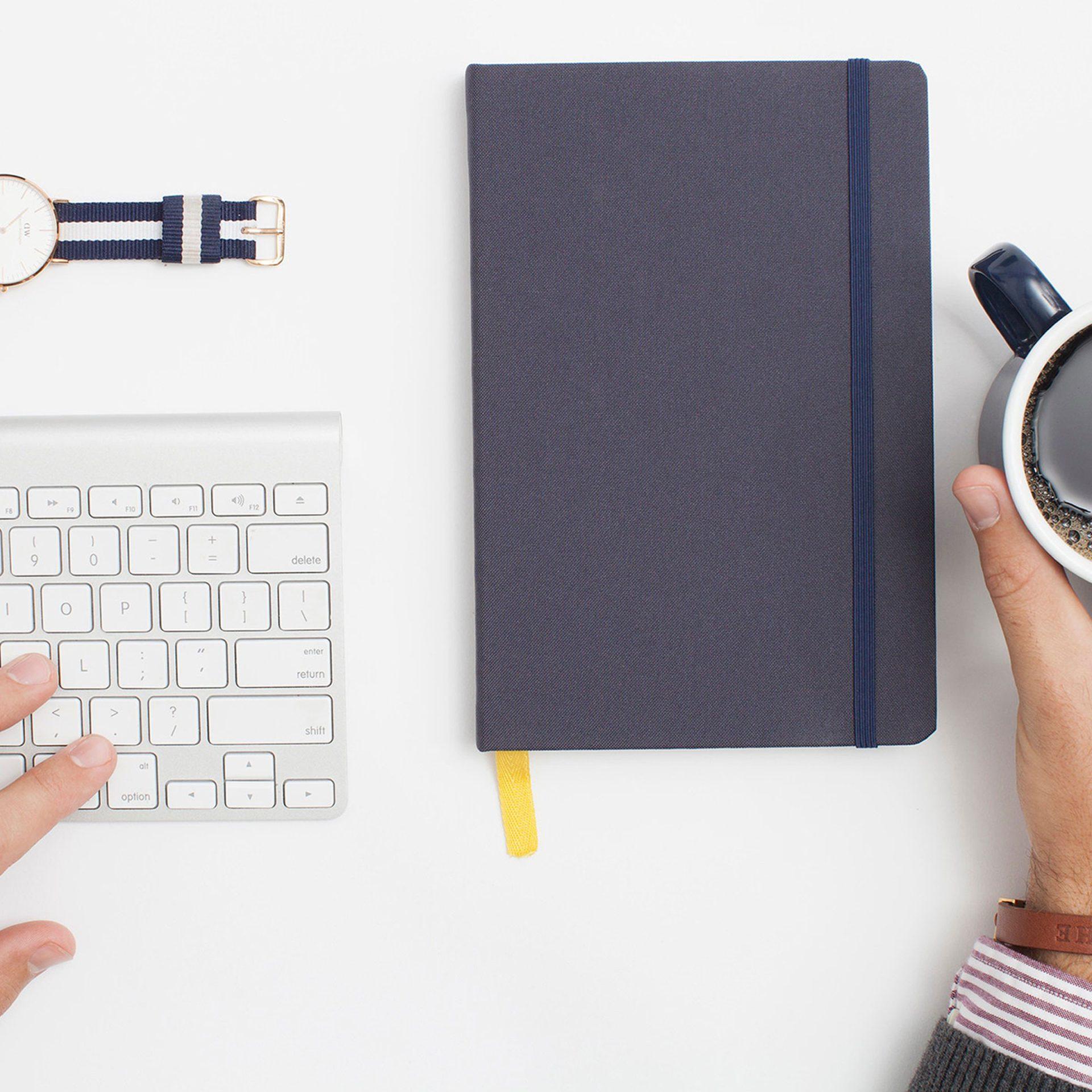 Cursus Wordpress webwinkel: toetsenbord, horloge, notitieblok, kop koffie